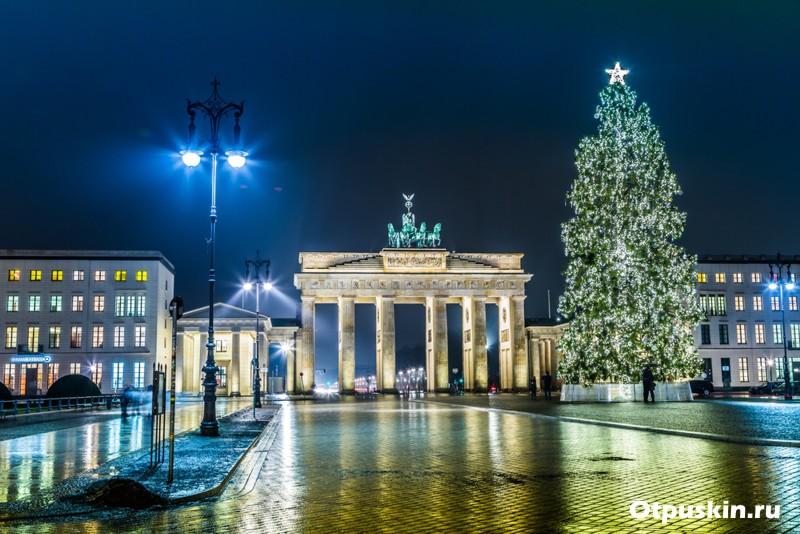 Берлин - Бранденбургские ворота зимой с елкой