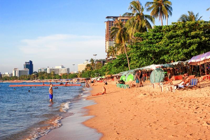 Редкая картина чистое море и пляж в центре паттайи