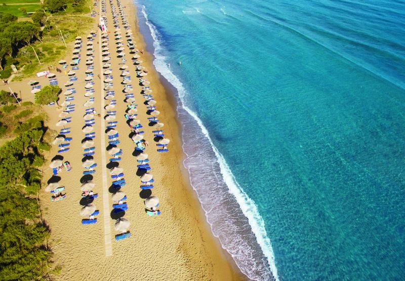 Хороший пляж для детей в Агапи Бич на острове Крит в Греции