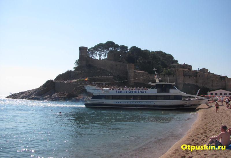Экскурсионный корабль на пляже в Тосса де мар